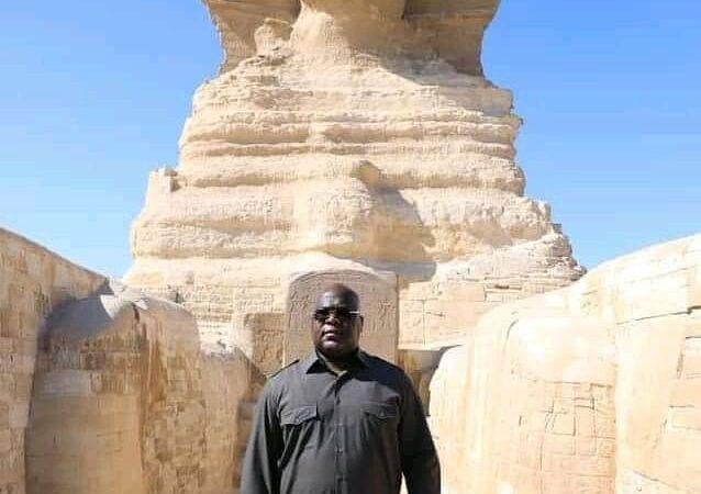 Le fils du Sphinx pose devant le Sphinx